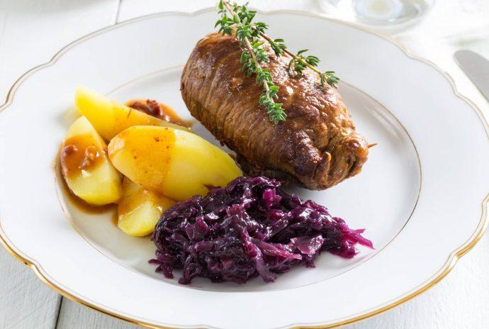 Zrazy wołowe z kiszonym ogórkiem, boczkiem i papryką