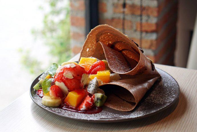Czekoladowe naleśniki z mango i truskawkami