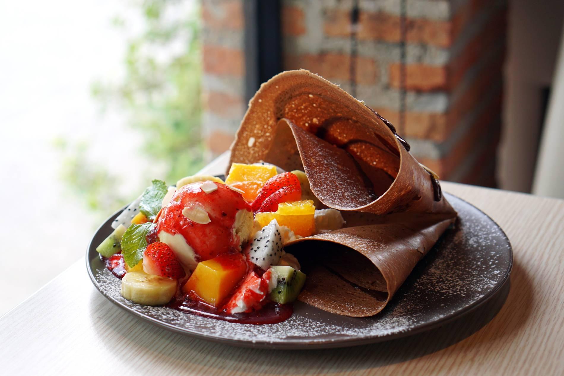 czekoladowe-nalesniki-z-mango-i-truskawkami