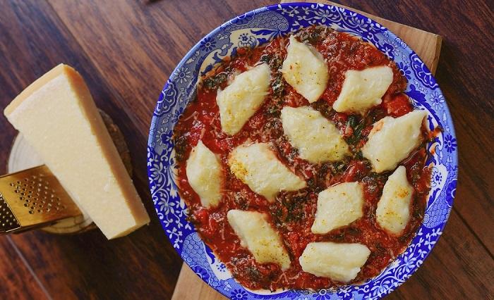 kopytka-w-sosie-pomidorowym-ze-szpinakiem