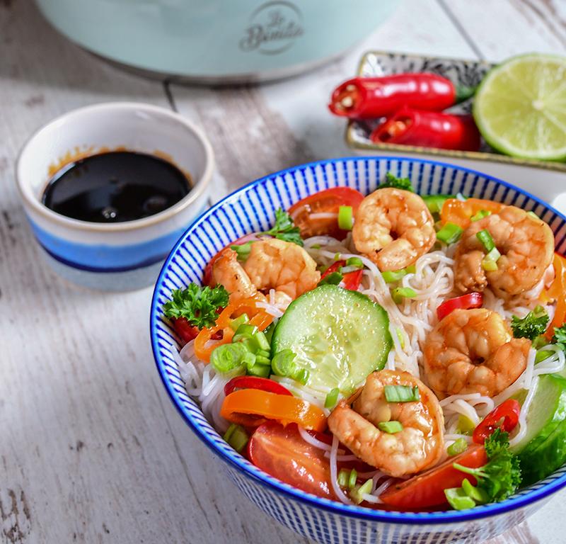 salatka-z-makaronem-ryzowym-i-krewetkami