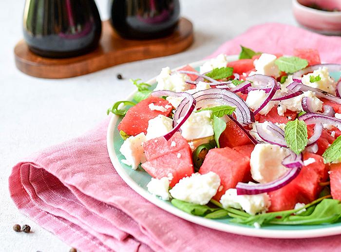 salatka-z-arbuza-fety-i-czerwonej-cebuli
