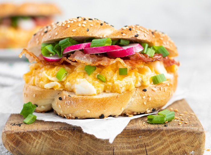 sniadaniowy-bajgiel-z-jajecznica-boczkiem-i-szczypiorkiem