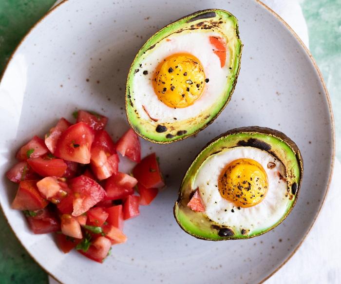 jajka-zapiekane-w-awokado