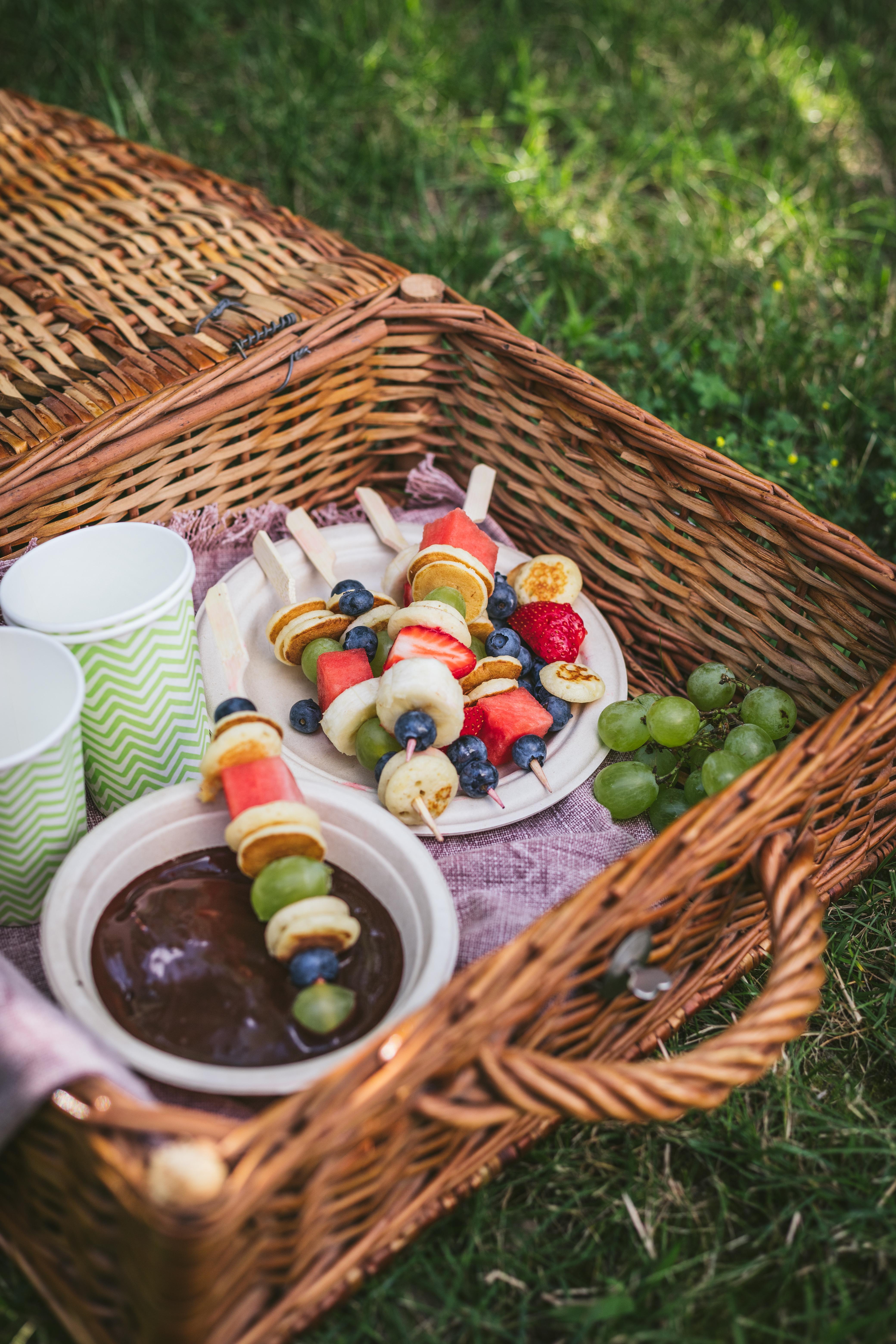 szaszlyki-z-mini-pancakes-owocami-i-sosem-czekoladowym