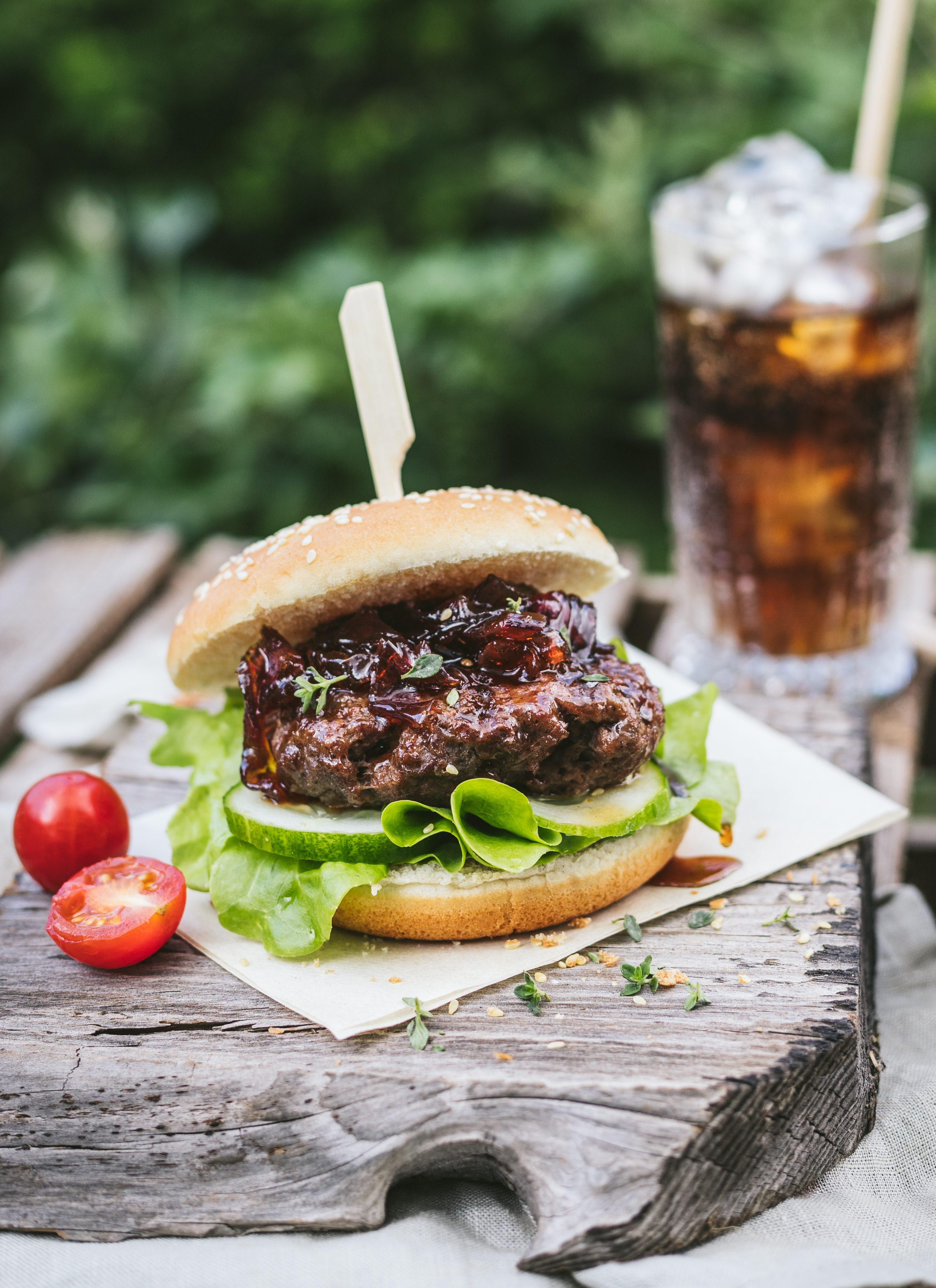 burgery-wolowe-z-grilla-z-konfitura-z-czerwonej-cebuli